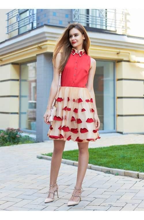 Платье с аппликацией в виде алых губ